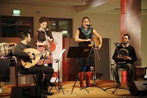 Basel Alkatrieb (Oud), Antje Taubert (Klarinette) und Ghandi Aljrf (Gesang) mit Karolina Trybala (Gesang)